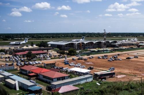 """Juba International Airport. Budynek z """"kremowymi piramidkami"""" to stary, nadal używany terminal. Konstrukcja po prawej to nowe lotnisko, które powstaje, i powstaje, i powstaje od 2007 roku... i powstać nie może. Wierzę jednak, że kiedyś przez ów nowy terminal odlecimy."""