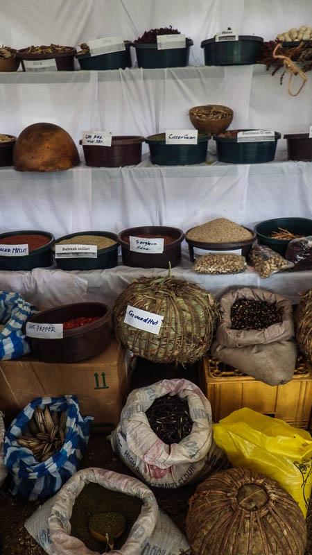 Kosze różności z Warrap, m.in. liczne odmiany sorga i ryżu, pieprz, hibiskus i orzeszki ziemne.